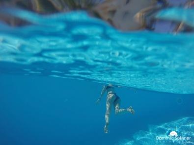 """Dieses Foto entstand im Urlaub in Portugal im Pool mit der GoPro. Das Interessante an diesem Bild ist mit Sicherheit der Unterschied zwischen """"Unter Wasser"""" und dem bisschen """"Über Wasser"""", das man verschwommen im oberen Bildteil sieht."""